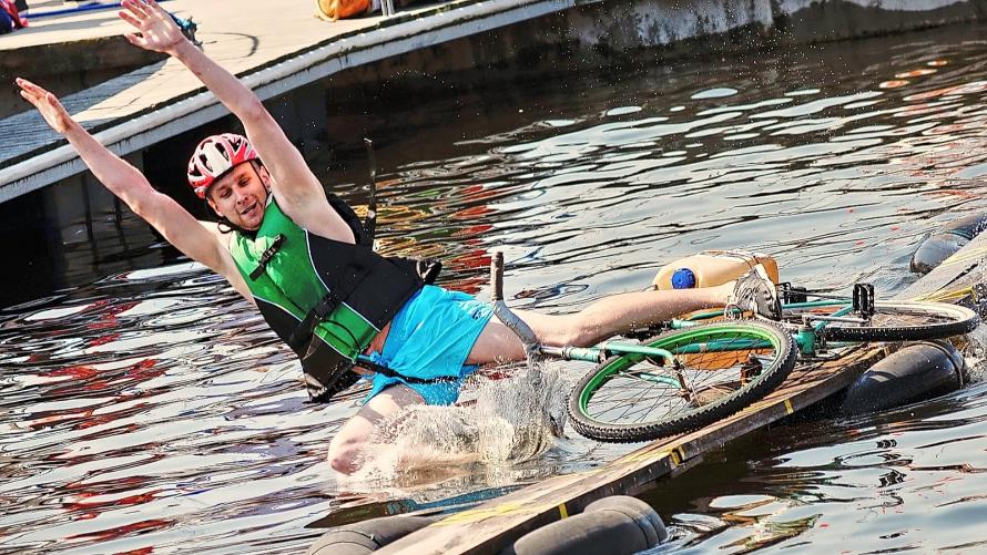 zdjęcie z zawodów jazdy rowerem po desce na wodzie