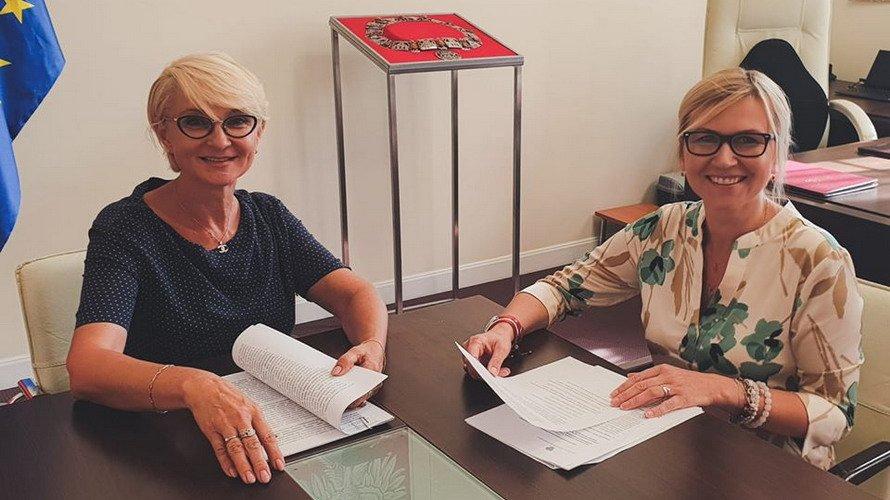 podpisanie umowy przekazania pieniędzy